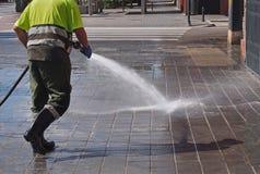 Stadsarbeiders - het schoonmaken en het wassen van stadsstraten royalty-vrije stock afbeeldingen