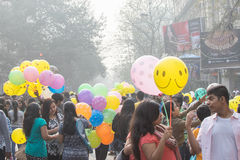 Stadsbarn som har gyckel med färgglade ballonger Arkivfoton
