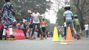 Stadsbarnrollerskating med glädje och gyckel stock video