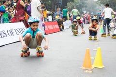 Stadsbarnrulle som försvinner snabbt på Park gatan, Kolkata Arkivfoto