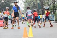 Stadsbarnrulle som försvinner snabbt på Park gatan, Kolkata Arkivbild