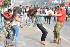 Stadsbarns dans och hagyckel på Park gatan, Kolkata Arkivfoton