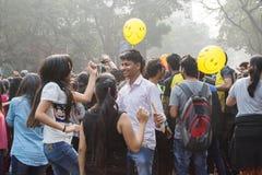Stadsbarns dans och hagyckel på Park gatan, Kolkata Royaltyfri Fotografi