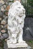 Stadsbeeldhouwwerk van een leeuw en een leeuwwelp bij de ingang Lokaal oriëntatiepunt Front View stock foto