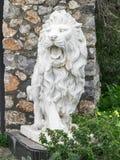 Stadsbeeldhouwwerk van een witte leeuw met open mond bij de ingang Lokaal oriëntatiepunt Front View stock foto's