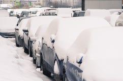 Stadsbilar, under snöräkningen royaltyfri bild