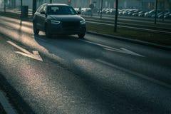 Stadsbiltrafik - bilar på en stadsväg Arkivbild