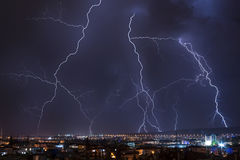 stadsblixt över storm Royaltyfri Bild