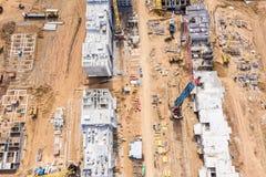 Stadsbostadsomr?deutveckling byggnad av nya kvarterl?genheter flyg- sikt royaltyfri foto