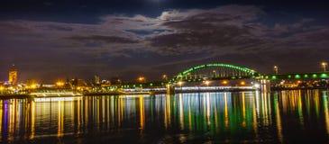 Stadsbro i natt Arkivbilder
