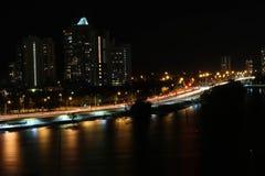 Stadsbro på natten Arkivfoto