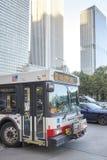 Stadsbuss som kör till och med det Chicago centret i rusningstid Royaltyfria Bilder