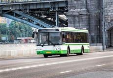 Stadsbussen går vidare gatan Royaltyfria Bilder