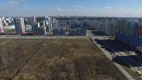 Stadsbuurt, voorstad in de de zomer luchtmening lengte Lucht nieuwe districtsmening met kruispunten en wegen stock videobeelden