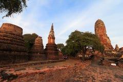 Stadsbyggnad återstår, Buddhastatyn av Phra som Ram Temple (Wat Phra Ram) fördärvar i landskap av Ayutthaya, Thailand Arkivfoto
