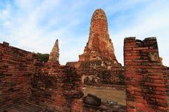 Stadsbyggnad återstår, Buddhastatyn av Phra som Ram Temple (Wat Phra Ram) fördärvar i landskap av Ayutthaya, Thailand Royaltyfria Bilder