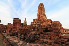 Stadsbyggnad återstår, Buddhastatyn av Phra som Ram Temple (Wat Phra Ram) fördärvar i landskap av Ayutthaya, Thailand Royaltyfri Foto
