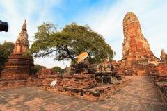 Stadsbyggnad återstår, Buddhastatyn av Phra som Ram Temple (Wat Phra Ram) fördärvar i landskap av Ayutthaya, Thailand Royaltyfri Bild