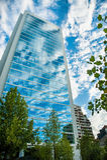 Byggande reflektera en klar sky Arkivfoto