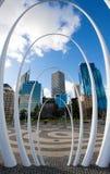 Stadsbyggnader bak Spanda skulpterar i Perth, Australien royaltyfri foto