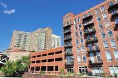 Stadsbyggnader längs Chicagoet River Arkivfoton