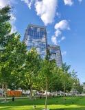 Stadsbyggnader och blå himmel royaltyfri foto