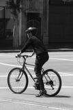 Stadscyklist på den svartvita vägen arkivfoton