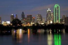 StadsDallas horisont på natten Arkivbild
