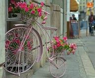 Stadsdesign: blommakorg i form av den groteska cykeln Arkivbild