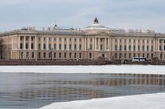 Stadsdijk in de winterochtend royalty-vrije stock fotografie
