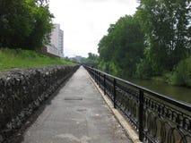 Stadsdijk langs de rivier stock afbeelding