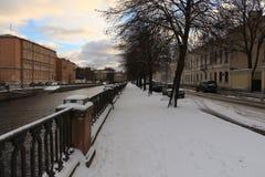 Stadsdijk op een de winterdag royalty-vrije stock afbeeldingen