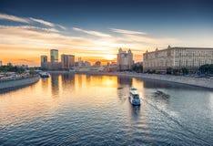 Stadsfartyg på Moskvafloden på den ljusa solnedgången härlig stadsliggande Royaltyfria Foton