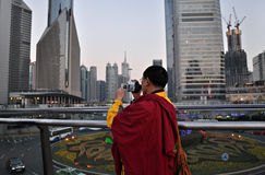 stadsfilmandemonk tibetana shanghai Arkivfoto