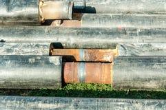 Stadsfjärrvärmerör med isolering svetsade tillsammans för nytt slut för varmvattenrörledningsystem upp selektiv fokus arkivfoto