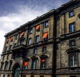 Stadsflats in Parijs, met vrolijke oranje zonneblinden/schaduwen royalty-vrije stock afbeeldingen