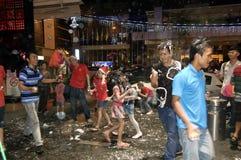 Stadsfolket som firar julafton längs stadsgatan Arkivfoton
