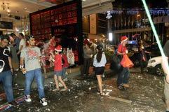 Stadsfolket som firar julafton längs stadsgatan Arkivbilder