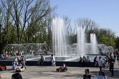 Stadsfontein in de stad van Krasnodar De mensen lopen door de fontein De plonsen van het water royalty-vrije stock foto