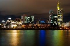 stadsfrankfurt natt arkivfoton