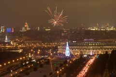stadsfyrverkerimoscow nytt år fotografering för bildbyråer
