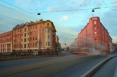 Stadsgata i aftonen Arkivbilder