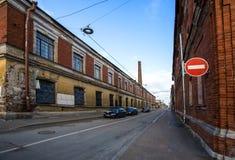Stadsgata med att smula byggnad royaltyfria foton