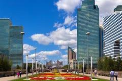 Stadsgata med blommor, Astana, Kasakhstan Royaltyfria Bilder
