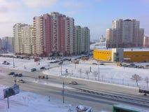 Stadsgata på den kalla dimmiga dagen, Minsk stad på en kall dag Royaltyfri Bild