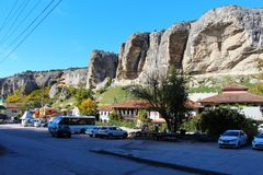 Stadsgata under klippan i Krim royaltyfri fotografi