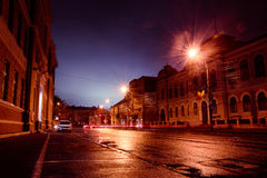 Stadsgata vid natt Arkivbild
