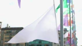 Stadsgatan dekorerade med färgrika baner, festlig atmosfär på ferie stock video
