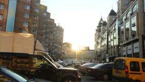 Stadsgatatrafikstockning, långsam bilrörelse, klibbad solljusskymning stock video