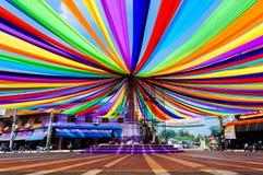 Stadsgator och dekorerad karusell med mångfärgat Arkivbilder